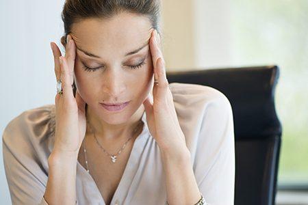 Mal di testa, i cibi e gli errori da evitare a tavola