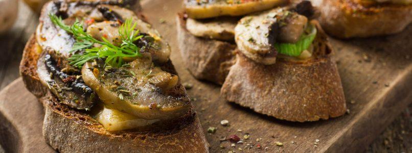 Crostini alla ponticiana (con il pane fritto nel burro e i funghi)