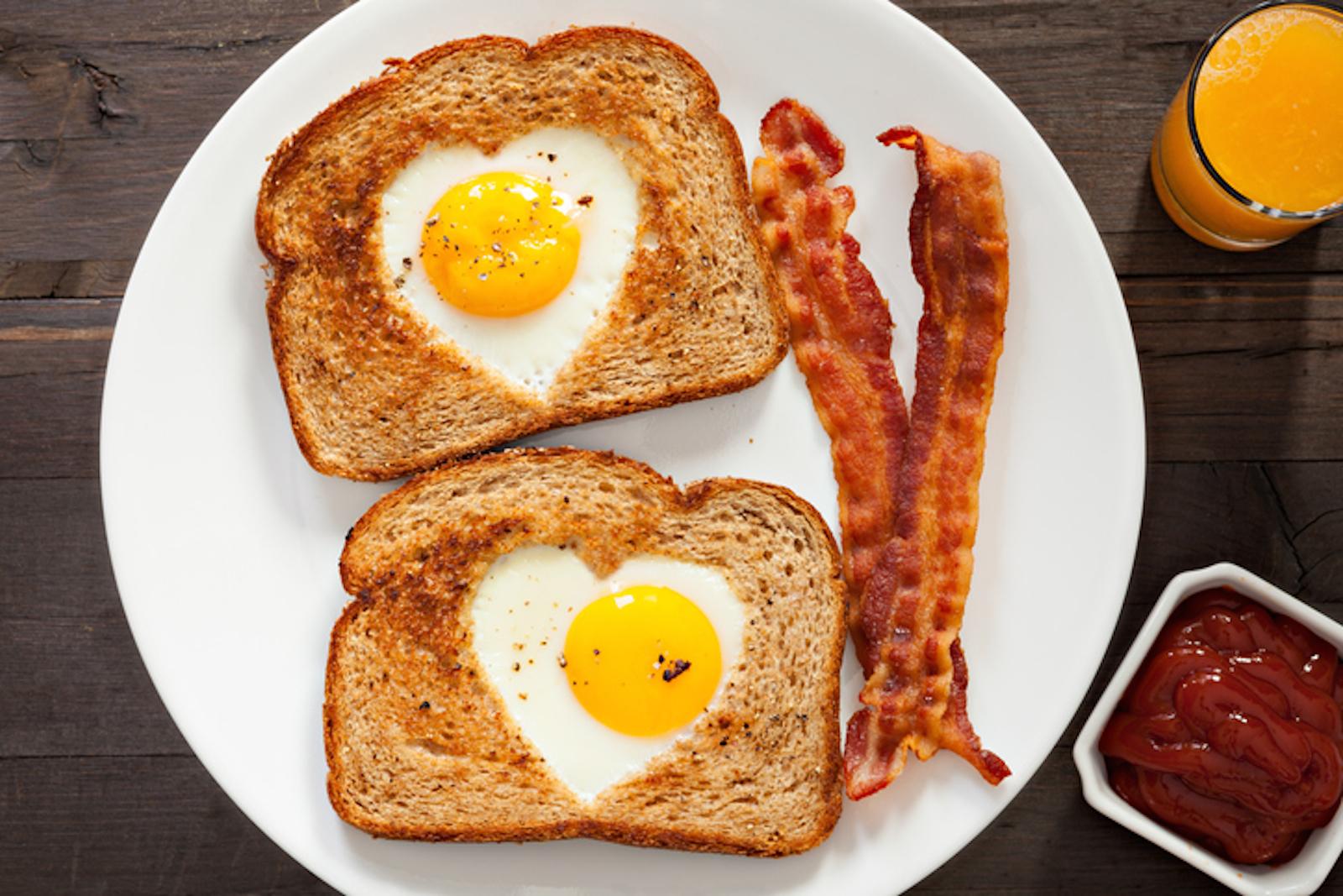 egg in a hole toast con uovo nel buco