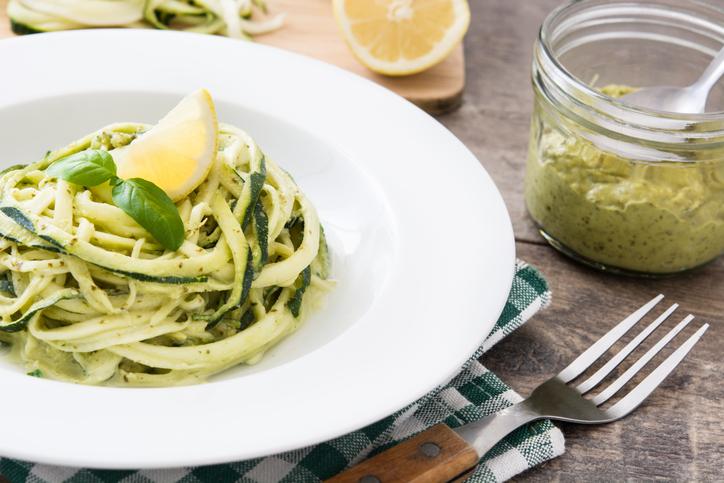 Spaghetti di zucchine e pesto