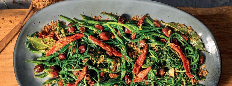 Ricetta Agretti in padella con olive, pomodori secchi, uvetta e briciole