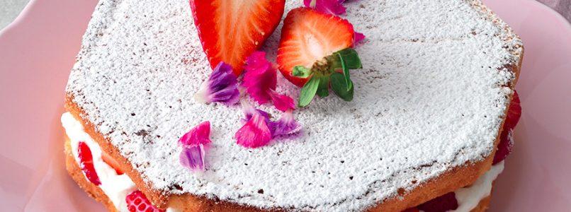 Ricetta Torta romantica al Moscato con panna e fragole