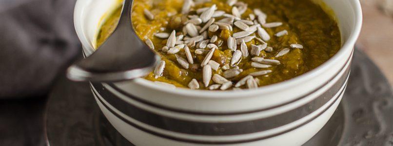 Zucca e lenticchie in una zuppa speziata