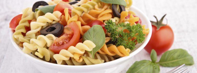 gli ingredienti che servono per l'insalata di pasta